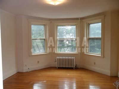 1 Bd on Euston St., Avail Now, HT/HW, Parking Available, Photos