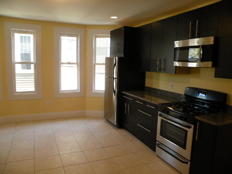 3 Bd on Washington St., Avail 09/01, Eat-in Kitchen, New/Renovated Bat
