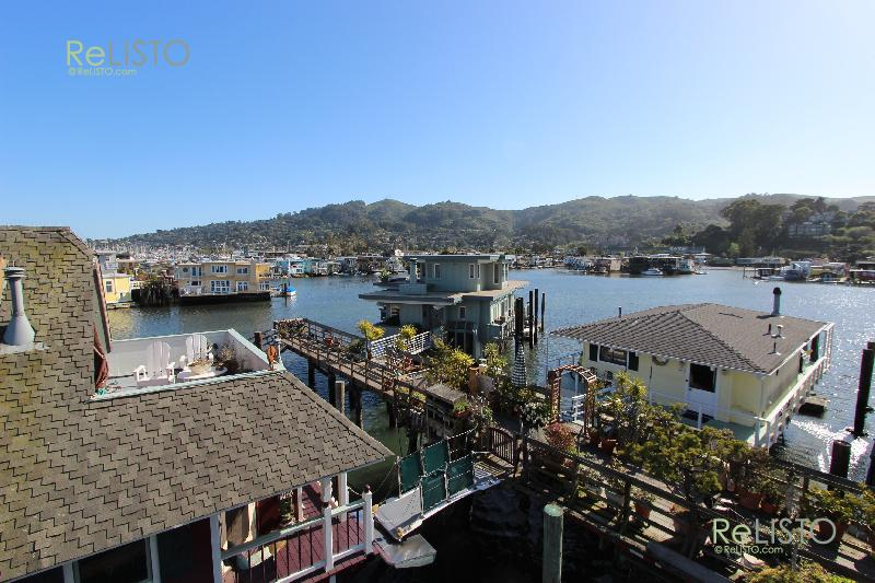 House Boat Summer Rental 3 BD 2 BA - The Home: Live on the water in this unique floating home in Sausalito