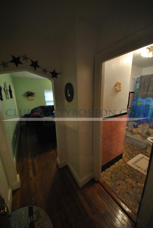 Beautifully renovated, hardwood floors, quiet street, Parking Included