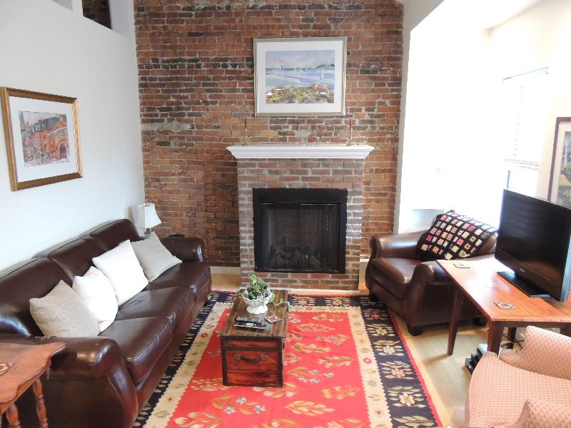 1 Bd on Charles St., Avail Now, Include Util., Photos