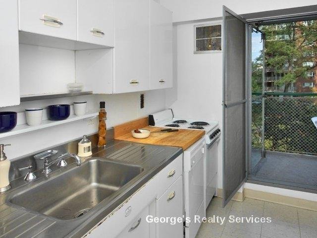 A RARE GEM!!! 1bd/1bh, Private Balcony Charles River Viiews, HT/HW Inc - Private Balcony, Generous closet space, Wall to wall carpenting, Individually controlled heating, Heat and Hot Water Included!, Nicely appointed kitchens, Fireplace in select apartment homes