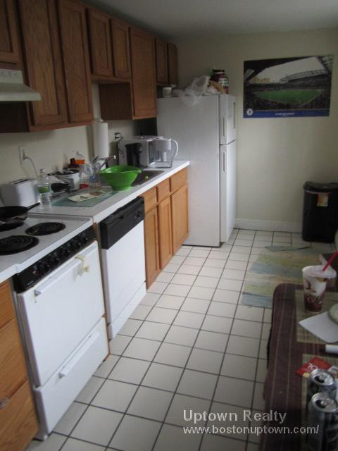 2 Bd on Chiswick Rd., Avail 09/01/12, HT/HW Incl., Parking Available