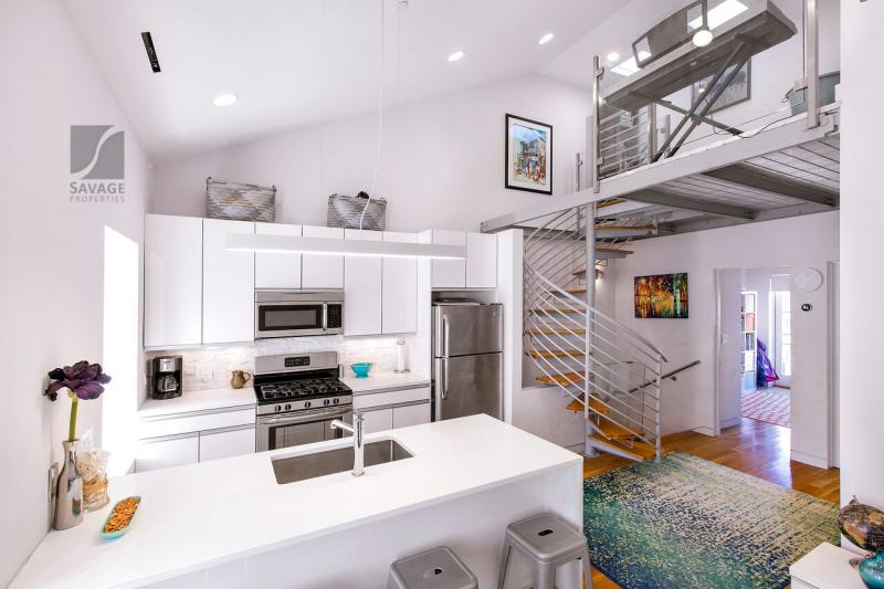 STUNNING 2 Bd on Tremont St! Lofted space! close 2 schools! 9/1